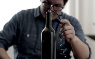 Έβαλε Χριστουγεννιάτικα Φωτάκια σε ένα μπουκάλι από κρασί και το Αποτέλεσμα ιδιοφυΐα!