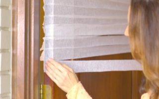 Τοποθετεί λευκές λωρίδες χαρτιού πάνω στην πόρτα της… Το αποτέλεσμα; Μια πανέξυπνη κατασκευή!