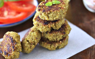 Συνταγή για μπιφτέκια από πλιγούρι και φασόλια με σος από γιαούρτι