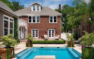 Πολυτελή σπίτια: Μια κατοικία στο Τέξας τολμάει με πολύ χρώμα!